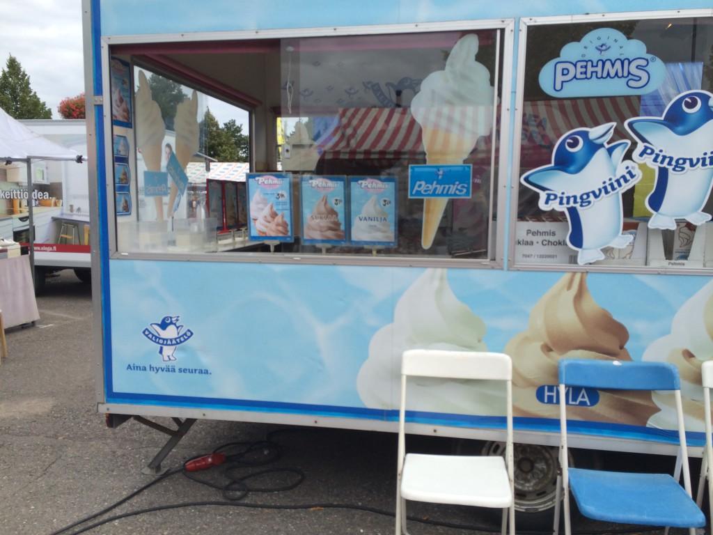 Sunnuntaina ei ruuhkaa markkinoiden jäätelökioskilla ollut. Kuva: Tuomas Kuhalainen