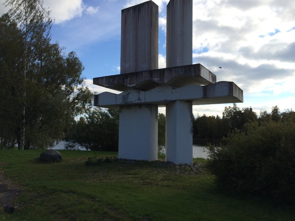 Koskenperkaaja-patsas sijaitsee Kokemäellä Tulkkilan museosillan kupeessa Käräjätiellä. Kuva: Tuomas Kuhalainen
