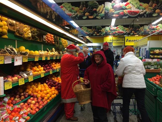 Joulupukki ja muori vierailivat S-marketissa. Kuva: Tuomas Kuhalainen