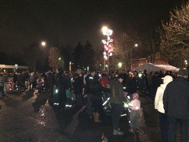 Torille kerääntyi huomattava määrä ihmisiä tervehtimään joulupukkia. Kuva: Tuomas Kuhalainen