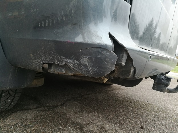 Hidastaneen pakettiauton vasen takakulma kärsi onnettomuudessa vaurioita.